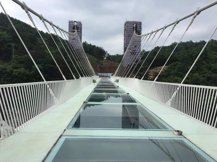 Zhangjiajie Glass Bridge : दुनिया में स्थित किसी अजूबे से कम नहीं, चीन में बना शीशे का पुल